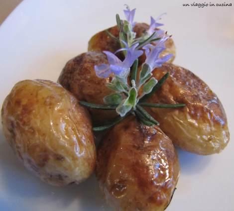 patate novelle con fiori di rosmarino